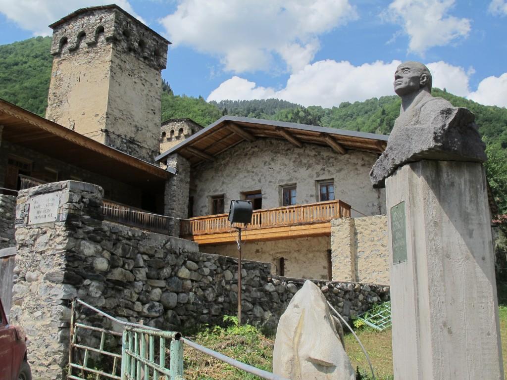 Mestia'da yaşamış olan efsanevi Gürcü dağcı Mikheil Khergiani'nin müze haline getirilmiş evi..Mutlaka ziyaret edilmeli.